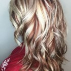 Blond met rode highlights
